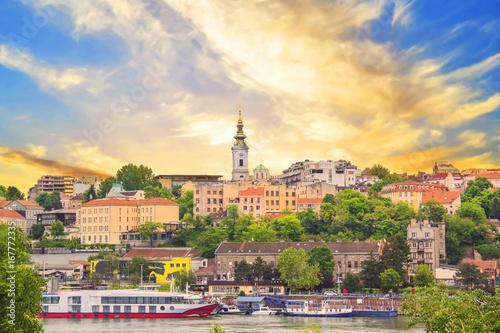 Fototapeta premium Piękny widok na zabytkowe centrum Belgradu nad brzegiem rzeki Sawy w Serbii
