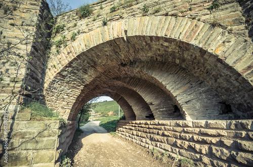 Fotografía View of the arcs of the old historic stone bridge