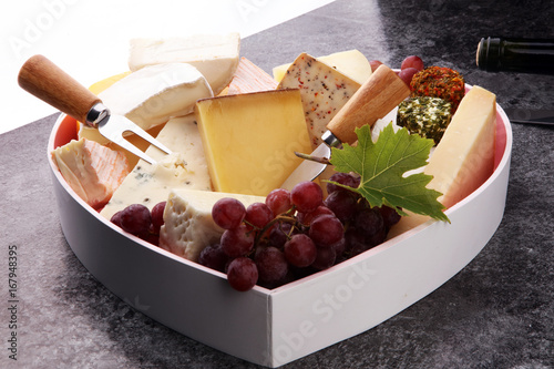 Photo Cheese platter with different cheese and grapes