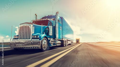 Fototapeta premium Ciężarówka jedzie po autostradzie.