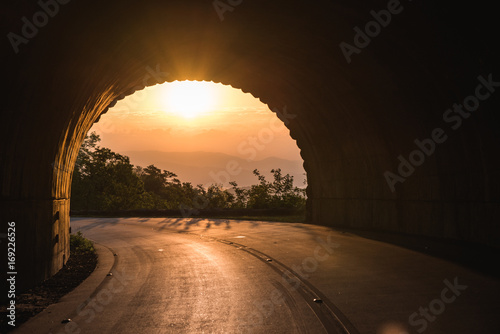 Fotografia Sunrise through tunnel on the Blue Ridge Parkway, North Carolina