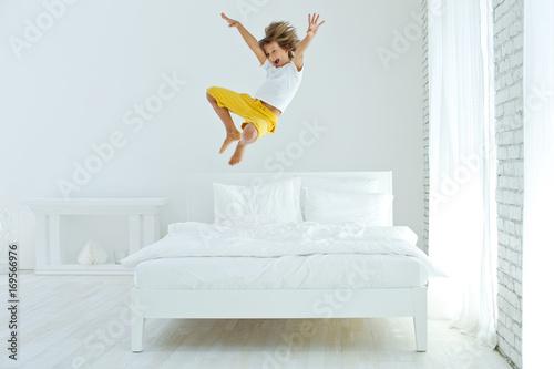 The child is jumping on the bed Tapéta, Fotótapéta