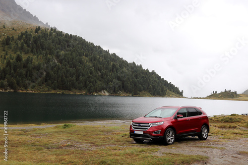 Photo SUV am Bergsee