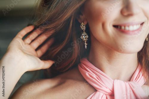 the girl shows the earring Fototapet