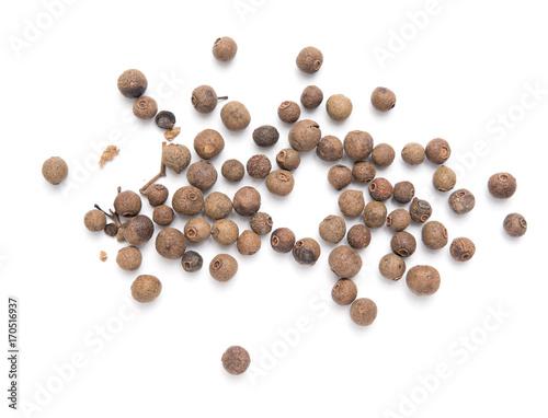 Fotografia allspice peas on a white background