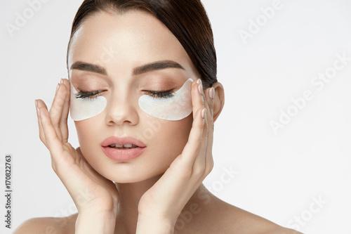 Fotografia Eye Skin Mask. Female With Under Eye Patches On Face