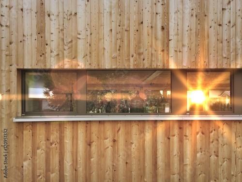 Holzfassade mit Fenster von modernen Neubau Holzhaus