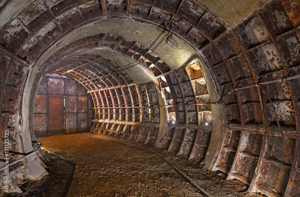 Opuszczony stary zapomniany techniczny podziemny pokój. Zakole zardzewiałego starego tunelu <span>plik: #171125725 | autor: Всеволод Чуванов</span>