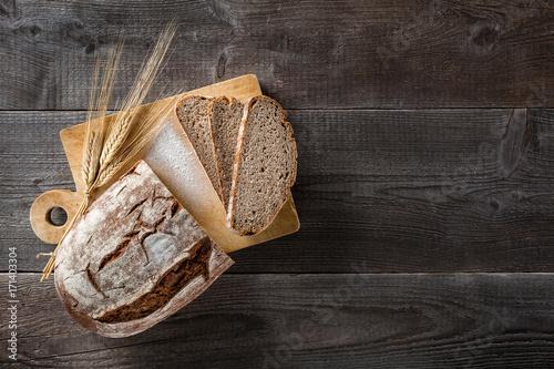 Cuadros en Lienzo Sliced baked bread on cutting board
