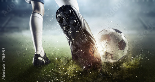 Fototapeta premium Moment bramkowy piłki nożnej. Różne środki przekazu