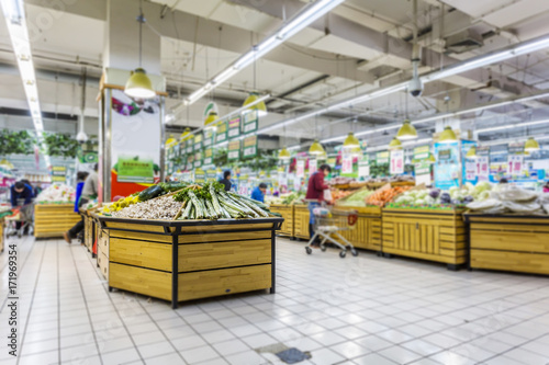 Fotografiet Blurred supermarket background
