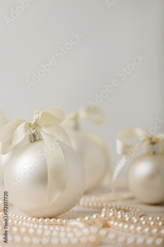 Foto Christmas and New Year. Christmas tree white toys with ribbon.