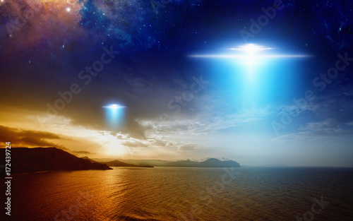 Canvas Print Extraterrestrial aliens spaceship fly above sunset sea