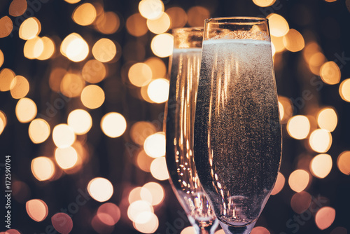 Photo glasses of champagne with bubbles