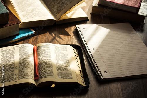 Fotografia morning bible reading on wooden floor