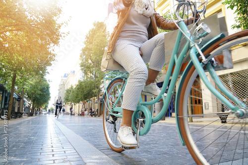 Starsza kobieta jedzie rower miejskiego w mieście