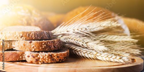 Obraz na płótnie Freshly baked traditional bread in assortment