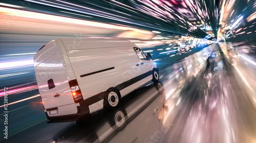 Schneller Transporter bei Nacht in einem Tunnel