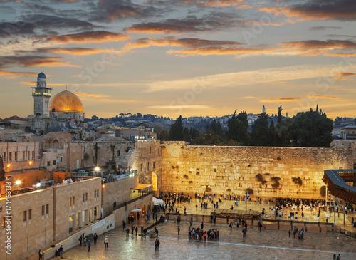 Fototapeta premium Ściana Płaczu i Kopuła na Skale na Starym Mieście w Jerozolimie o zachodzie słońca, Izrael