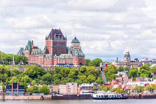 Fototapeta premium Widok z miasta Levis na panoramę miasta i panoramę miasta Quebec w Kanadzie z rzeką Świętego Wawrzyńca i łodziami wycieczkowymi, kolejką linową