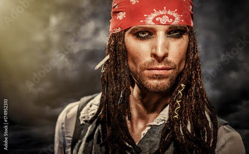 Fototapeta premium Portret młodego mężczyzny w stroju pirata.