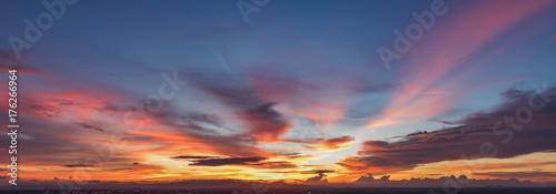 Fototapeta premium Piękny widok panoramy złote niebo wieczorem
