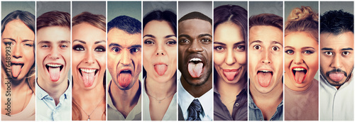 Photo Group of multicultural young people men and women sticking out their tongues