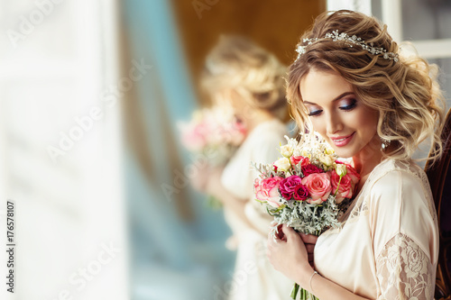 Canvas-taulu Portrait of a beautiful bride with a wedding bouquet