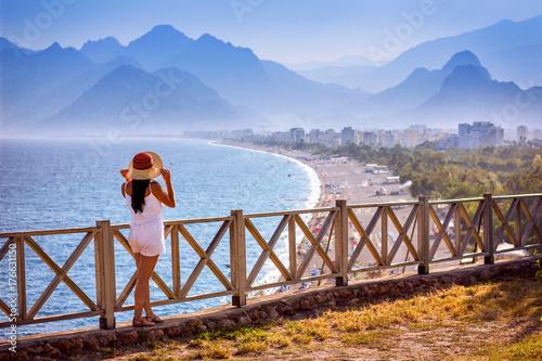 Fototapeta premium Bajeczne plaże turkusowych wybrzeży Antalyi z górskim krajobrazem w tle