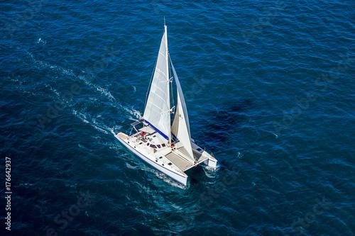 Catamaran navigating Fotobehang