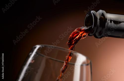 Foto delizioso vino in bottiglia,versato in calice