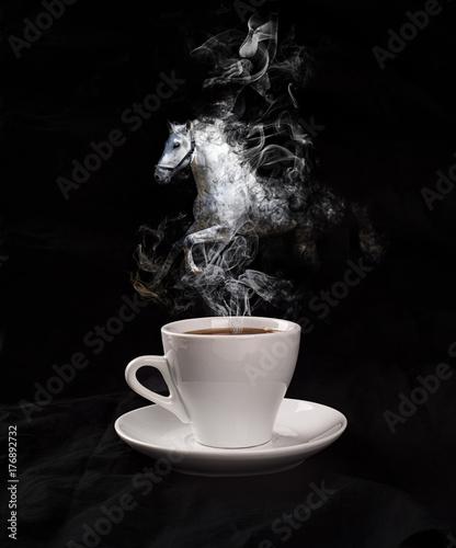 Obraz premium Filiżanka kawy z koniem od pary na czarnym tle