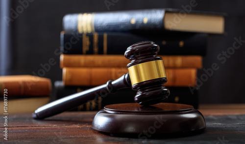 Fotografia Judge gavel on a wooden desk, law books background