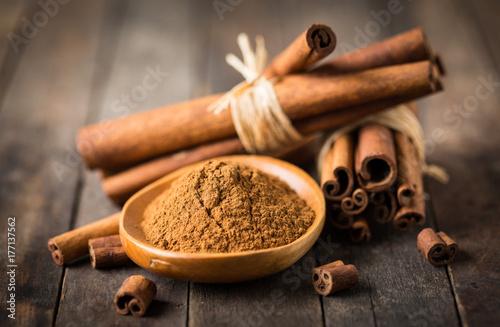 Valokuvatapetti Fresh cinnamon sticks and powder