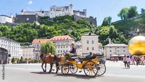 Fototapeta premium Turystów zwiedzanie bryczką w Salzburgu w Austrii