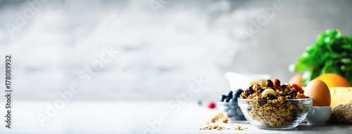 Fotografia Homemade granola with milk, fresh berries, milk for breakfast