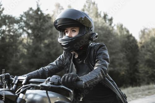 Fototapeta premium Młoda kobieta jazdy motocyklem