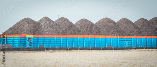 Photo barge full loaded with black coal ready to transported through the river