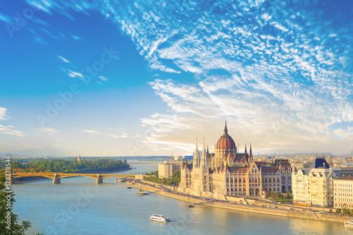 Fototapeta premium Piękny widok na węgierski parlament i most łańcuchowy w Budapeszcie na Węgrzech