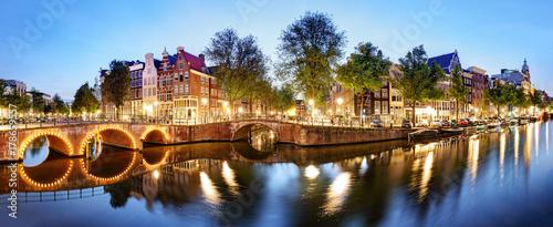 Fototapeta premium Panorama z Amsterdamu w Holandii w nocy