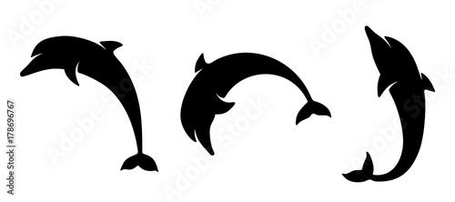 Fototapeta premium Wektor zestaw czarne sylwetki delfinów na białym tle na białym tle.