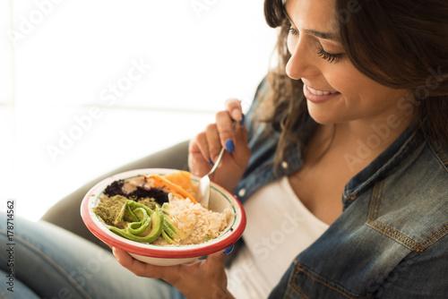 Canvas Print Woman eating a vegan bowl
