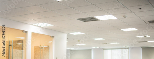 Foto Blurred office ceiling wide space