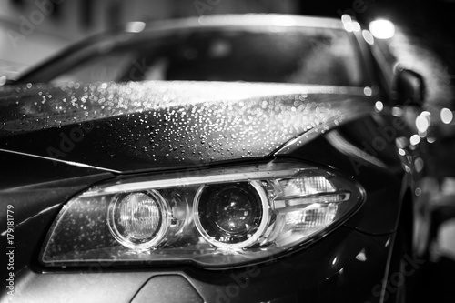 Scheinwerfer eines Autos, Nacht, schwarz weiß