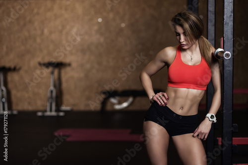 Fototapeta premium Dziewczyna odpoczywająca na siłowni