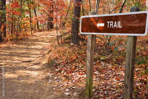 Tableau sur Toile Footpath with Trail Sign in the Blue Ridge Mountains