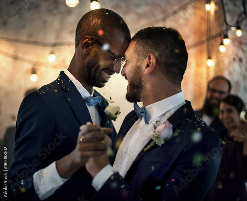 Canvas Print Smiling couple dancing on their wedding day