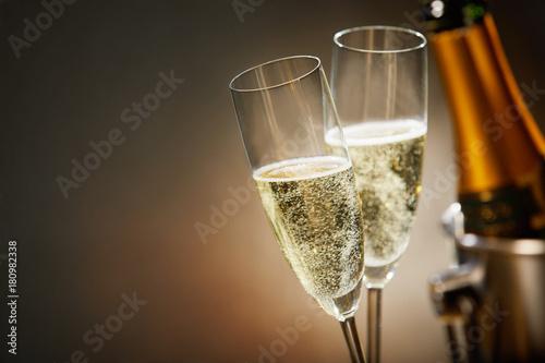 Two romantic glasses of sparkling champagne Tapéta, Fotótapéta