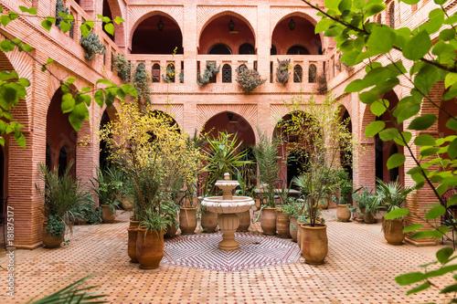 Fotografia beautiful garden inside moroccan courtyard, marrakech