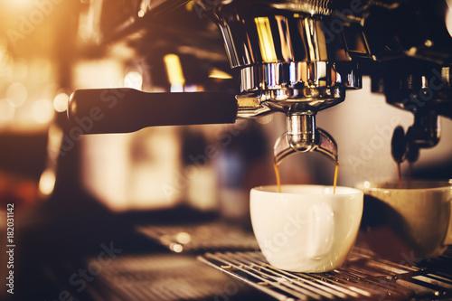 Fotografia Coffeemaker pouring coffee into a cup.